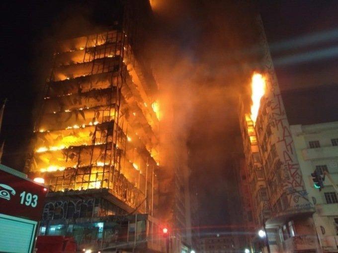 В бразильском Сан-Паулу обрушилась горящая высотка. Внутри были люди в мире, люди, огонь, пожар, события