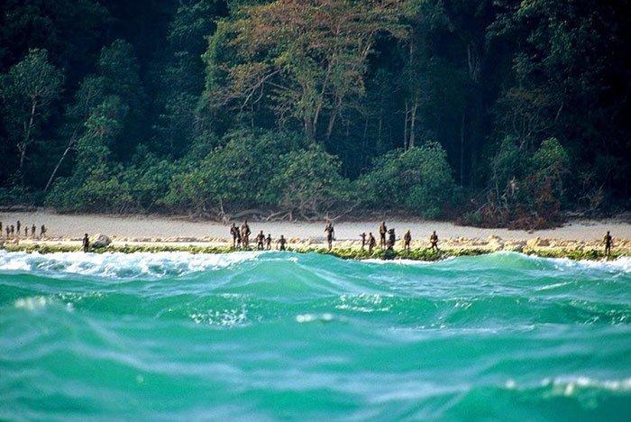 Существует остров с одним племенем, который никто не смеет или не имеет право посещать в мире, интересно, люди, племя, факты