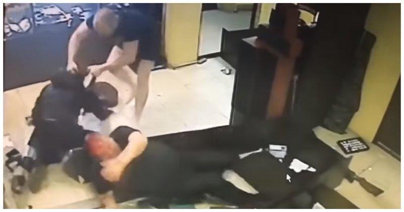 Как вооружённый молотком преступник пытался ограбить ломбард в Димитровграде Димитровград, видео, драка, конфликт, ломбард, молоток, нападение, ограбление
