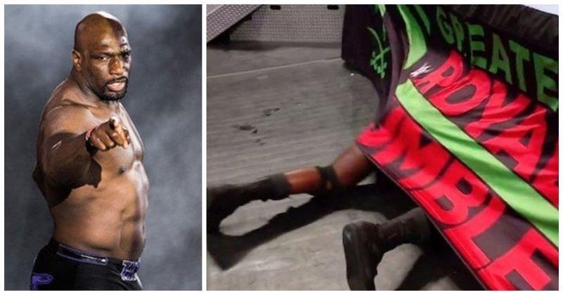 Ушел в Нарнию: рестлер споткнулся и залетел под ринг во время своего эффектного выхода видео, неудача, падение, прикол, рестлер, рестлинг, спорт, фейл