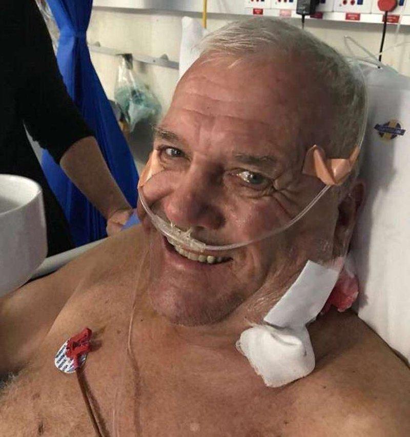 Сейчас 72-летний Майк восстанавливается в больнице Йоханнесбурга животные, кадр, лев, нападение, сафари парк, хищник, человек, юар