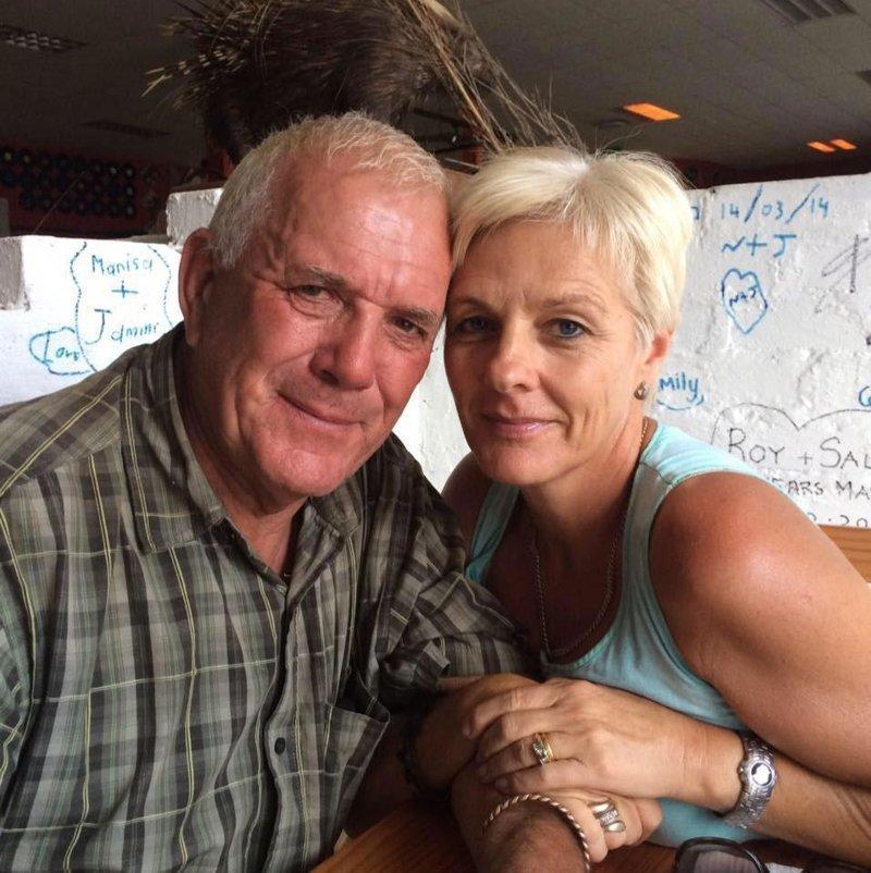 Майк вместе с женой Крисси переехали в Южную Африку из Великобритании в 1999 году животные, кадр, лев, нападение, сафари парк, хищник, человек, юар