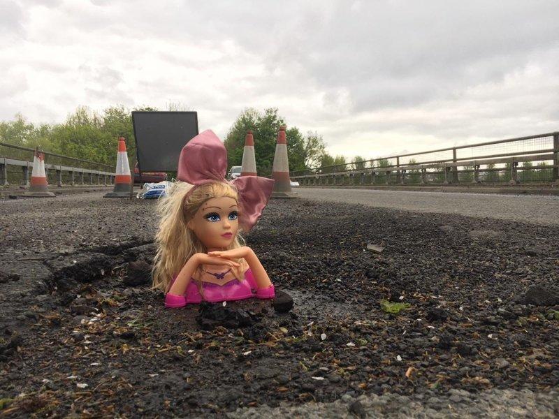 Ямочный ремонт по-английски: британец заделал дыру в дороге головами кукол Neville Daytona, ynews, британия, игрушки, куклы, ремонт дороги