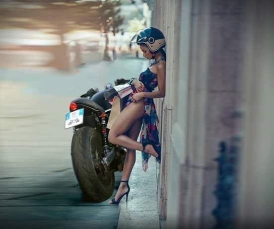 Интересно, что у неё случилось? Может помощь какая нужна? байкерша, байкерши, байкеры, мото, мотопост, мотоциклы, оголились слегка