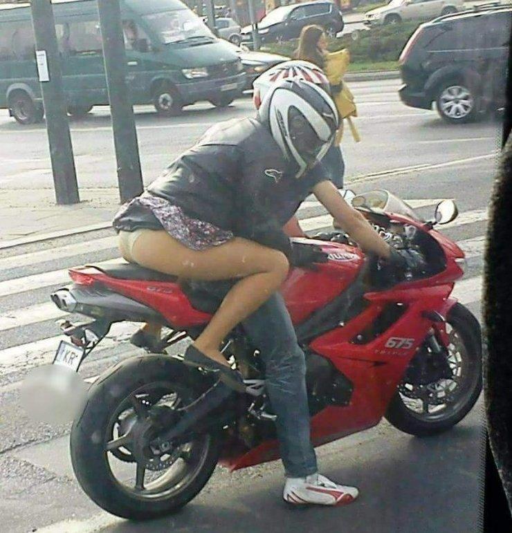 Вот одна из причин, почему нужно всегда одевать юбку... женщинам, естественно байкерша, байкерши, байкеры, мото, мотопост, мотоциклы, оголились слегка