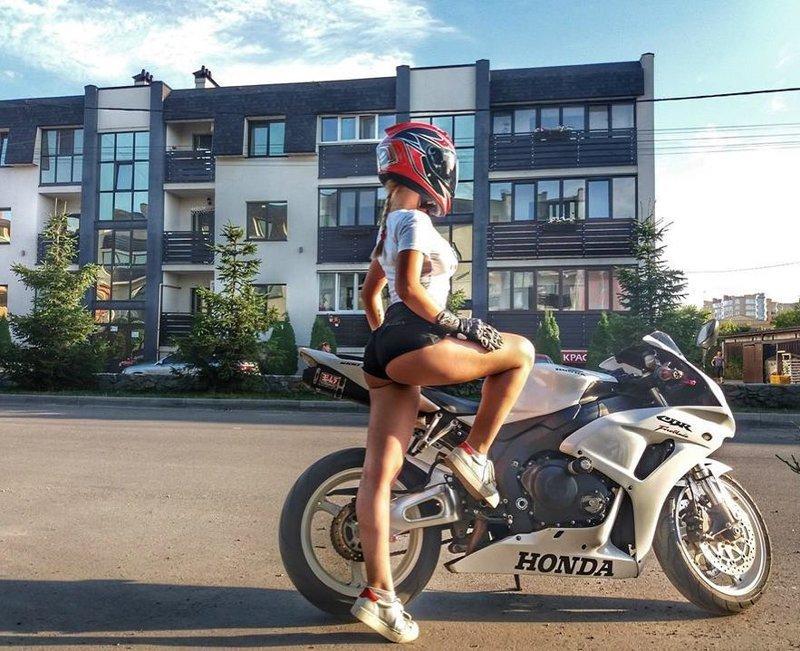 Зато в перчатках байкерша, байкерши, байкеры, мото, мотопост, мотоциклы, оголились слегка