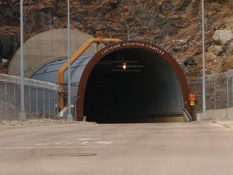 Шайенн  — гора в штате Колорадо (США), в окрестностях города Колорадо-Спрингс, место расположения подземного комплекса NORAD (Центр объединённого командования воздушно-космической обороны Северной Америки, Cheyenne Mountain Operations Center) бомбоубежища, бункеры, военное, выживание, интересное, факты