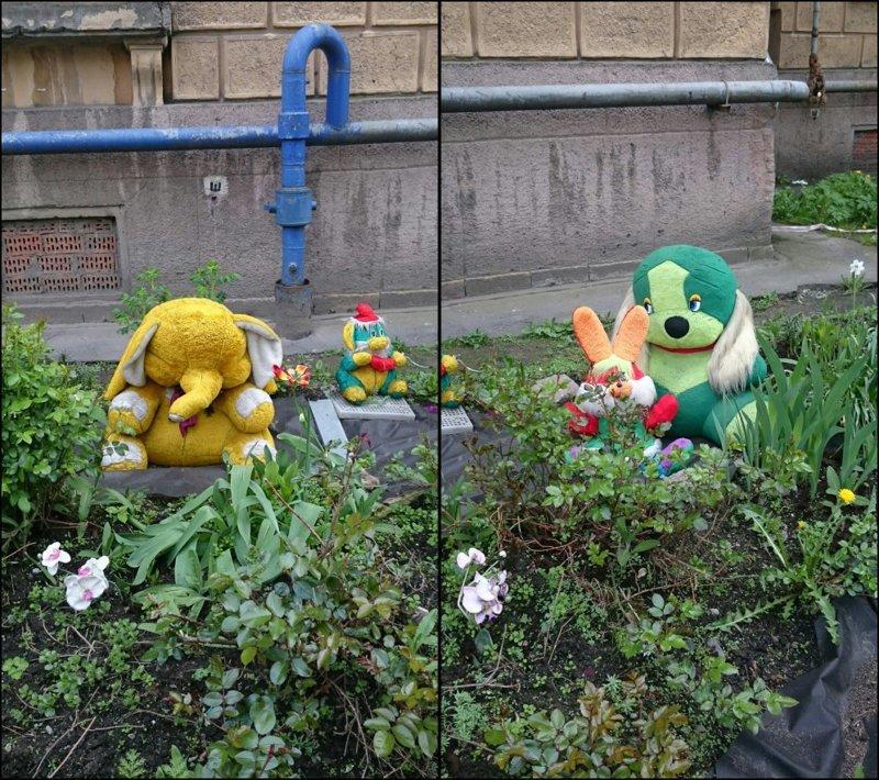 """""""Я Желтый Слоник! А это мои друзья — Оранжевый Зайчик и Зеленая Собачка. Нас придумал какой-то наркоман"""" двор, забавно, прикол, украшение, юмор"""