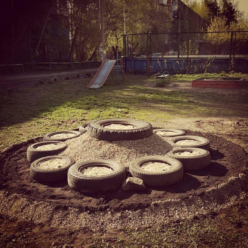 То ли погребальный вулкан, то ли просто алтарь. Российский Омск двор, забавно, прикол, украшение, юмор