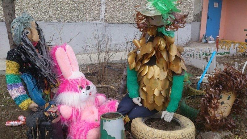 Я, мой ежик, розовый зайчик и Баба-Яга. Ханты-Мансийский автономный округ России двор, забавно, прикол, украшение, юмор
