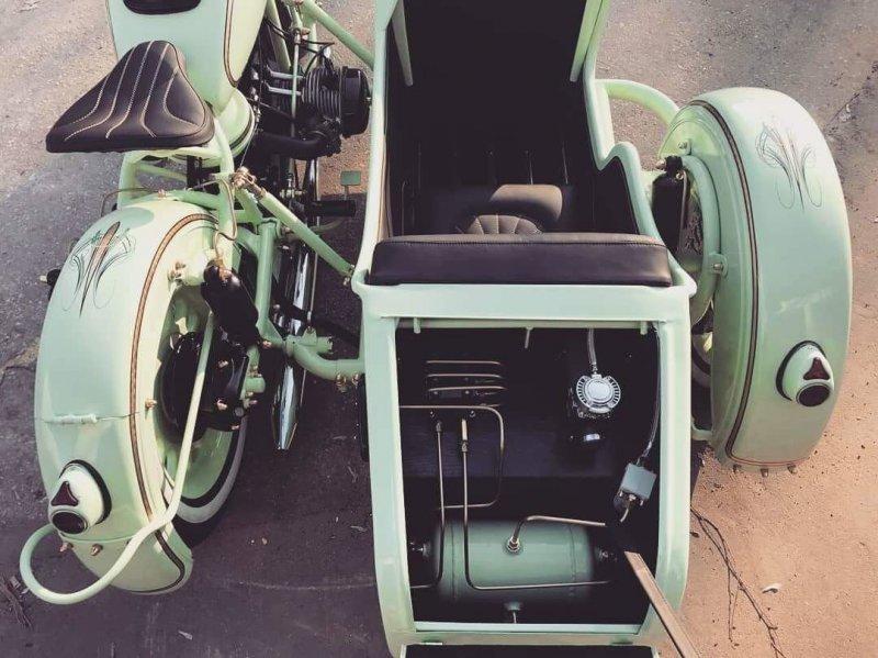 Компактный компрессор накачивает систему почти моментально и Урал из шоссейника Low rider превращается в дорожный байк со стандартным клиренсом. авто, байк, кастом-байк, кастомайзинг, мото, мототехника, мотоцикл, урал