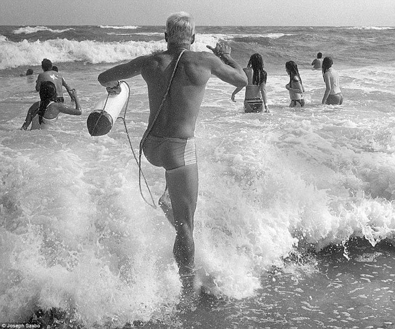 Кого-то срочно нужно вытащить из воды - и спасатель бросается на помощь команда, пляж, пляжные снимки, пляжные фото, пляжный патруль, спасатели, спасатель, фотопроект