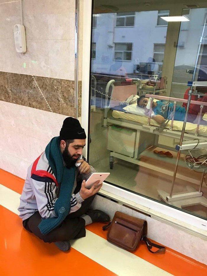 8. Этот иранский мальчик болен раком. Каждый день его учитель приходит к нему, чтобы рассказать обо всем, что он пропустил в школе. Добрые дела, добро, истории, люди, подборка, позитив, трогательно, фото