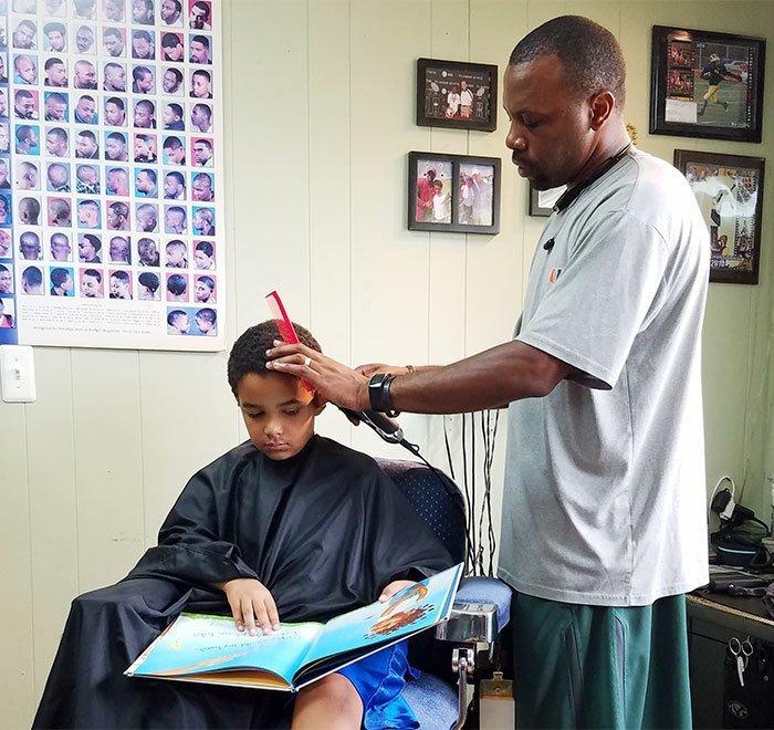 5. В этой парикмахерской детям делают скидку в $2, если они читают книгу во время стрижки Добрые дела, добро, истории, люди, подборка, позитив, трогательно, фото