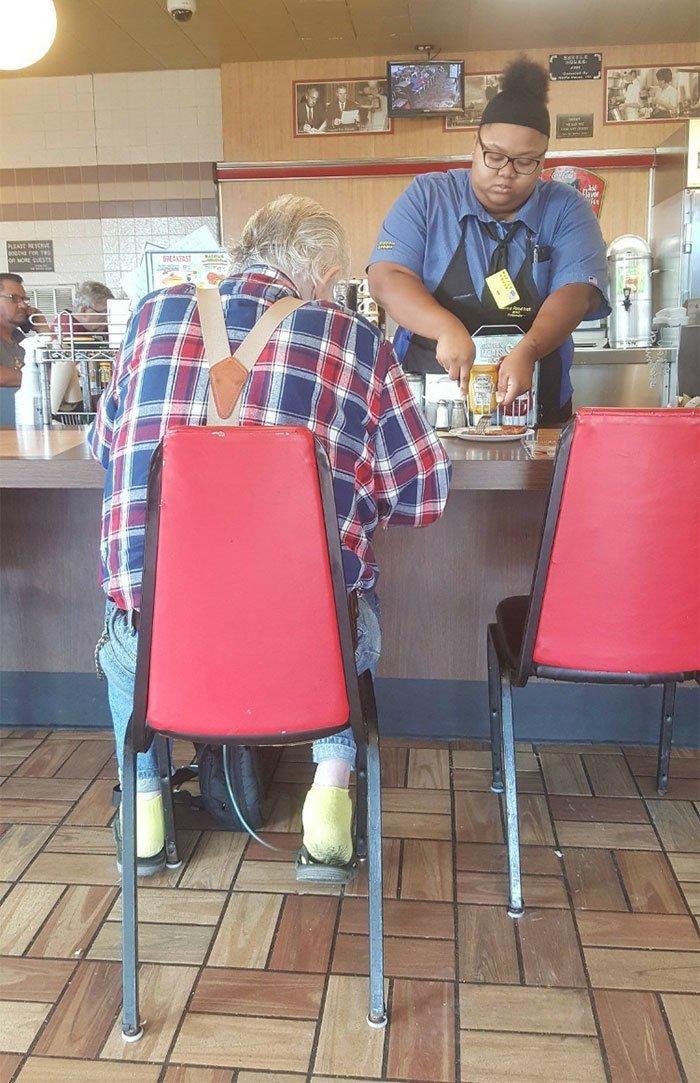 15. Этот мужчина сказал работнице закусочной, что его руки не слишком хорошо работают. Девушка без раздумий начала резать еду для него. Добрые дела, добро, истории, люди, подборка, позитив, трогательно, фото