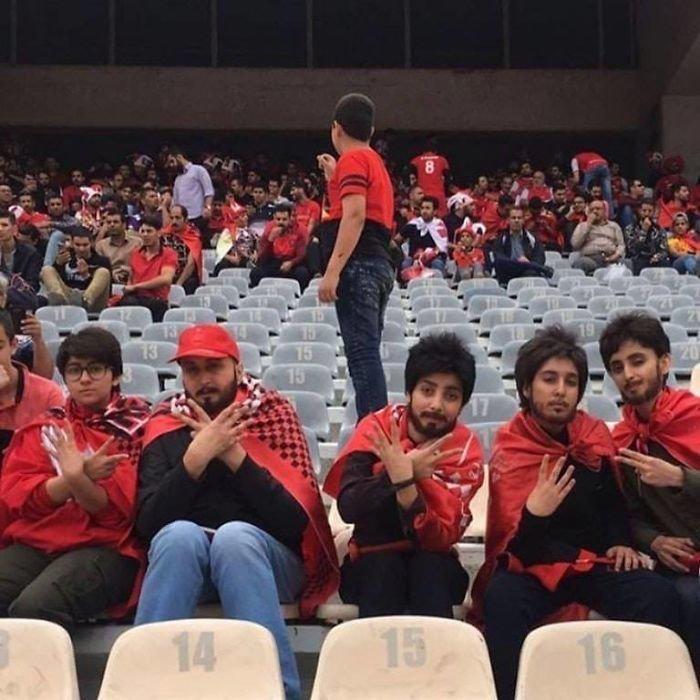 28. Женщинам в Иране запрещено посещать футбольные матчи. Но этим пяти девушкам удалось остаться незамеченными! Добрые дела, добро, истории, люди, подборка, позитив, трогательно, фото