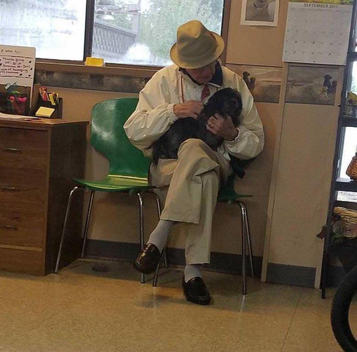 22. Этот мужчина приходит в собачий салон, чтобы просто пообщаться с собаками. Его собака умерла, а жена против того, чтобы заводить другую, так как в силу возраста они не смогут дать ей необходимый уход. Добрые дела, добро, истории, люди, подборка, позитив, трогательно, фото