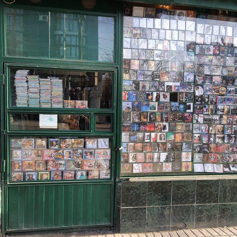 9. А вы помните, как сначала сюда бегали за жвачкой, кассетами, а потом и пивом? 90-е, комок, ларек, магазины 90-х, ностальгия