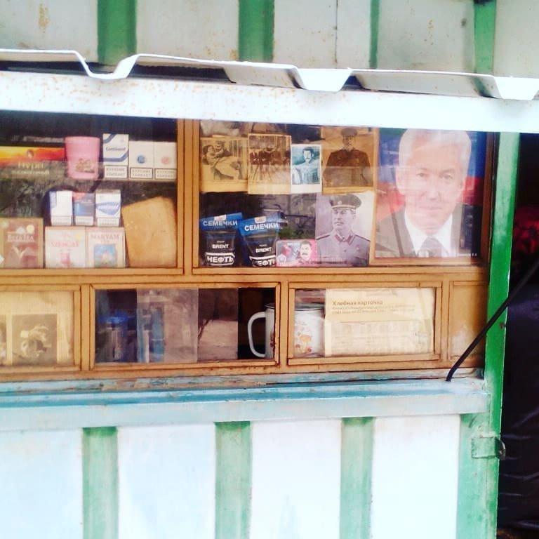 Некогда хлебный ларек торгует семечками и историей 90-е, комок, ларек, магазины 90-х, ностальгия