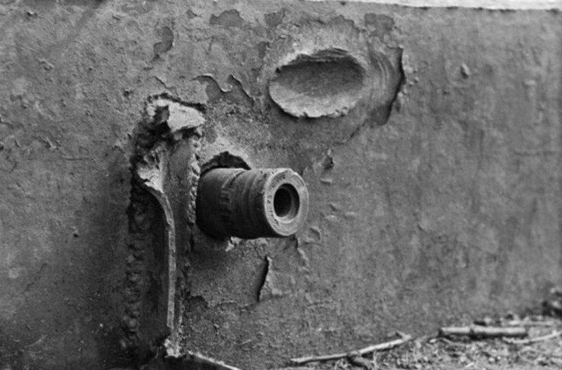 11. Немецкий артиллерийский снаряд, застрявший в броне советского танка КВ-1 боеприпасы, война, история, оружие, следы войны, танки, фото, эхо войны