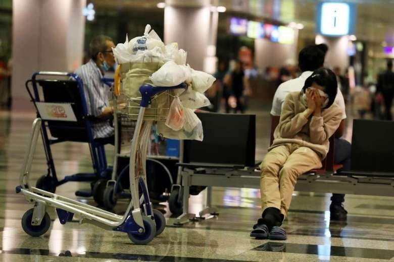 Женщина, скрывающая лицо (а также своё имя), путешествия, советы, сон в аэропорту