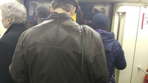 Угадайте, на каком плече он носит сумку... зависимости, зависимость, привычки, прикол, странная привычка, юмор