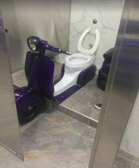 Идёшь в туалет, как вдруг вот так случай, всякое случается, нежданчик, неожиданно, прикол, юмор