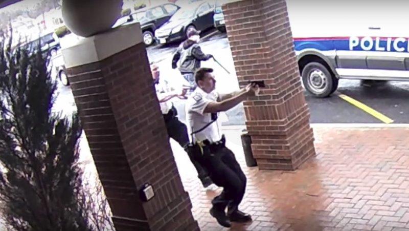 Позднее правоохранители рассказали, что подножка спасла жизнь подозреваемого, так как, чтобы его остановить, им пришлось бы открыть огонь на поражение видео, задержание, пенсионер, полиция, преступник, сша