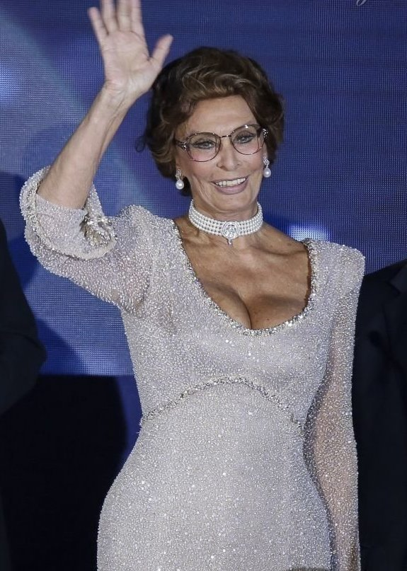 Вульгарные знаменитости в возрасте, которым давно пора одеваться скромнее звезды, откровенные наряды, пожилые, старушки шоубиза, фото