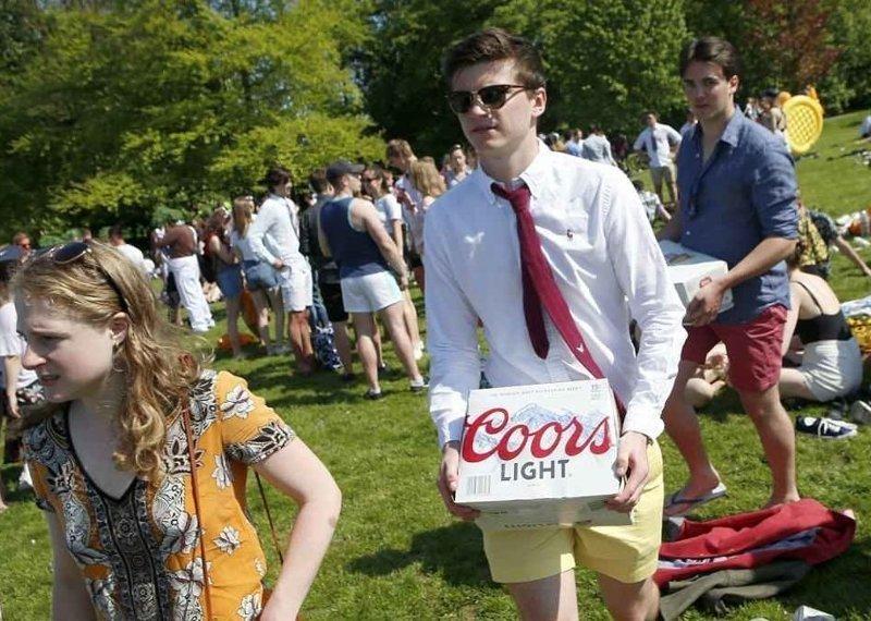 А вот и еще одна партия пива Кембриджский университет, великобритания, вечеринка, мир, пьянка, студент, фото