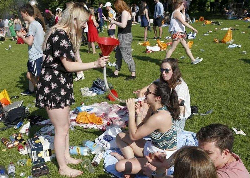Девчонки только и успевают вливать в себя алкоголь  Кембриджский университет, великобритания, вечеринка, мир, пьянка, студент, фото