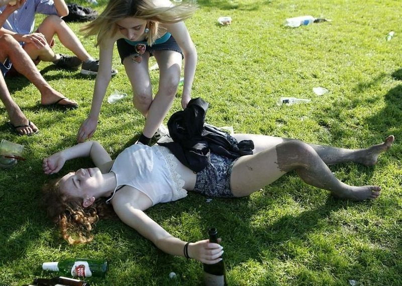 Палящее солнце и шампанское сыграли свою роль  Кембриджский университет, великобритания, вечеринка, мир, пьянка, студент, фото