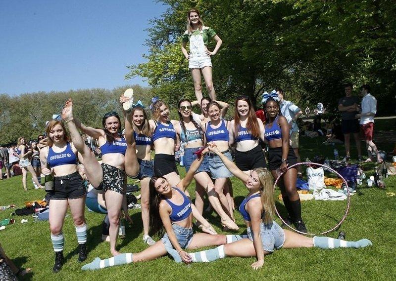 Чирлидерши демонстрируют свою гибкость  Кембриджский университет, великобритания, вечеринка, мир, пьянка, студент, фото