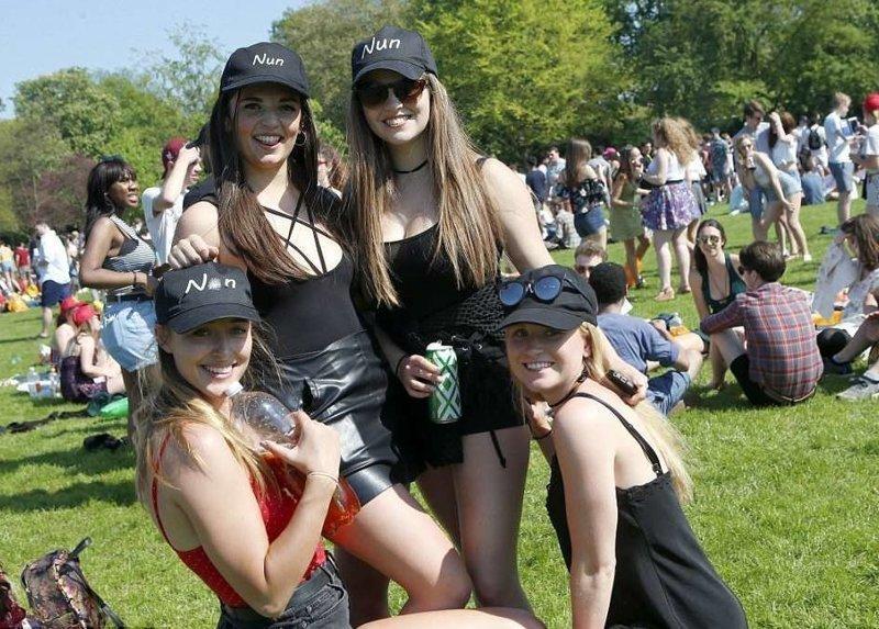 """Студентки позируют в кепках с надписью """"Монахиня"""" Кембриджский университет, великобритания, вечеринка, мир, пьянка, студент, фото"""