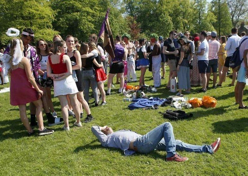 Студенту нужен отдых  Кембриджский университет, великобритания, вечеринка, мир, пьянка, студент, фото