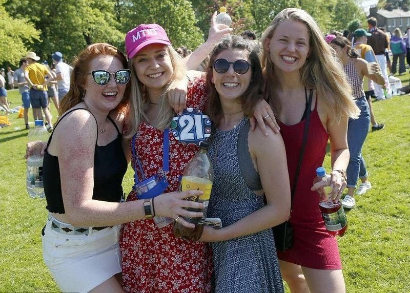 А эта девушка в розовой кепке празднует свое 21-летие  Кембриджский университет, великобритания, вечеринка, мир, пьянка, студент, фото