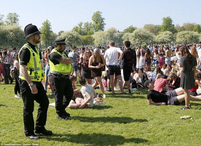 За происходящим следит наряд полиции  Кембриджский университет, великобритания, вечеринка, мир, пьянка, студент, фото