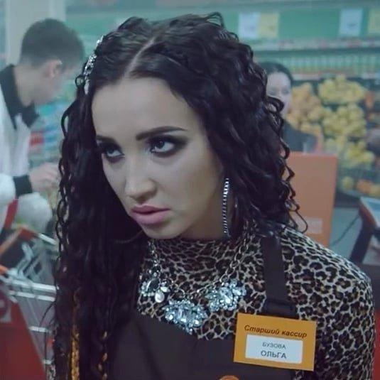 2. В клипе Киркорова показали то, кем могла бы стать Бузова вся правда о супермаркетах, кассирша, магнит, продавец-консультант, просрочка, пятерочка, супермаркеты, фото