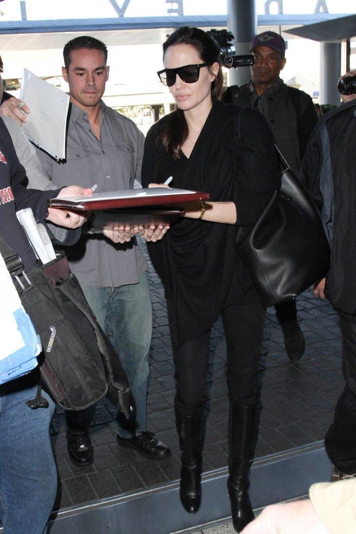 Анджелина Джоли со своими бодигардами не в ладах. Она меняла их так часто, что уже и не упомнить по именам. На фото один из них Красавчики, защита, знаменитости, охрана, телохранитель