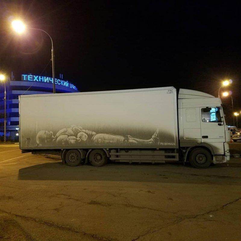 Вашему вниманию работы Никиты Голубева, который отображает весь свой творческий потенциал на грязных автомобилях, превращая их в удивительные произведения искусства. авто, грязь, искусство, рисунок, рисунок на авто, рисунок на грязи