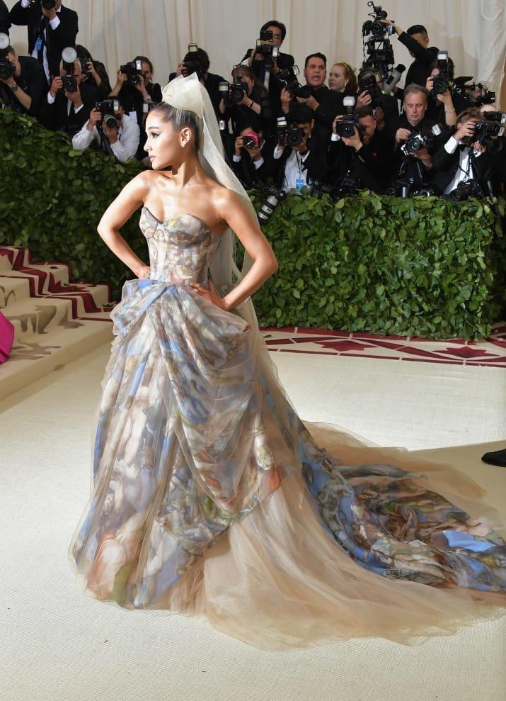 Ариана Гранде - ходячая католическая фреска Met Gala, в мире, звезды, знаменитости, красная дорожка, мода, образы звезд, фото