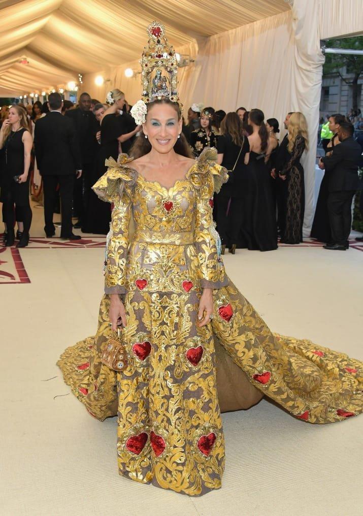Сара Джессика Паркер в огромной короне Met Gala, в мире, звезды, знаменитости, красная дорожка, мода, образы звезд, фото