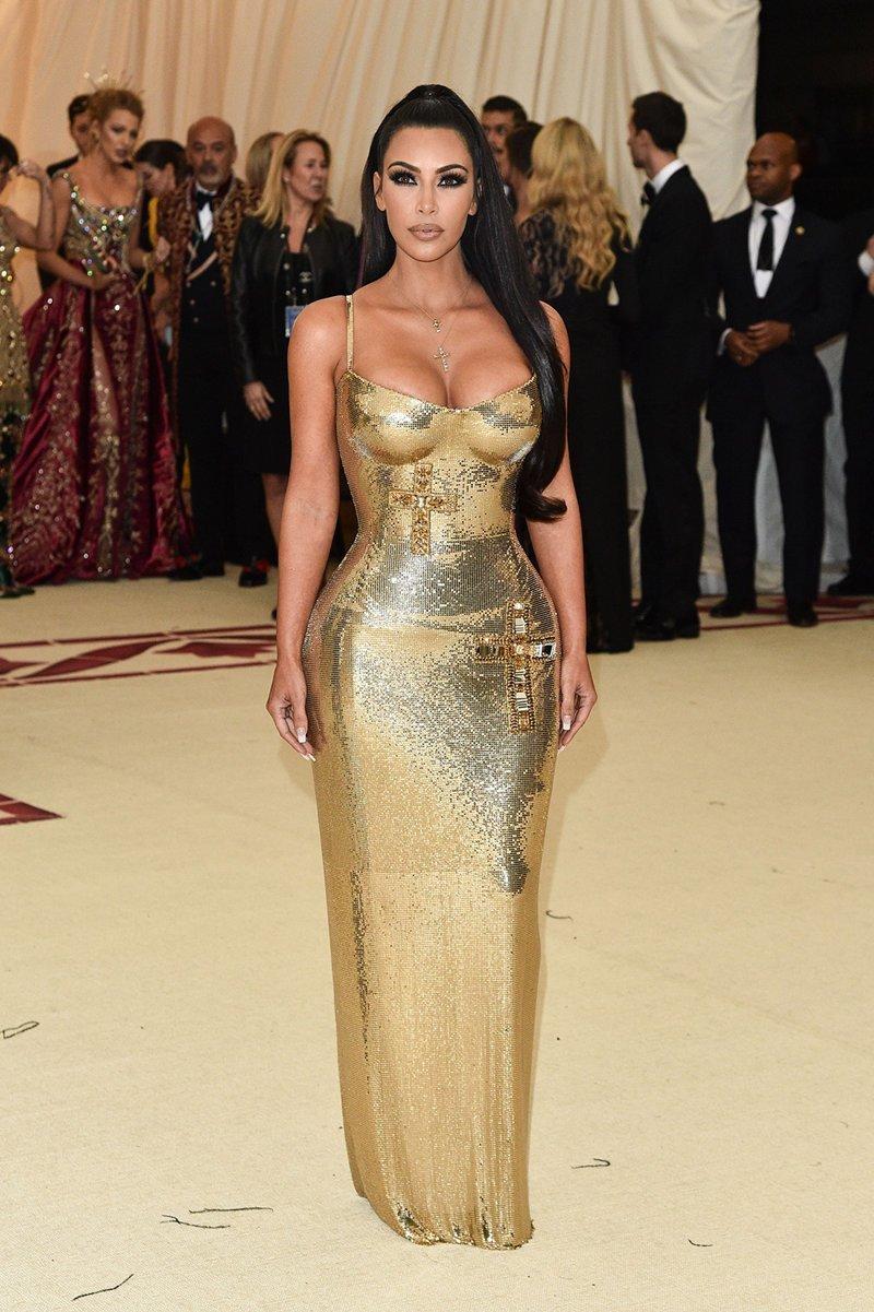 Ким Кардашьян не могла не блеснуть своими формами Met Gala, в мире, звезды, знаменитости, красная дорожка, мода, образы звезд, фото