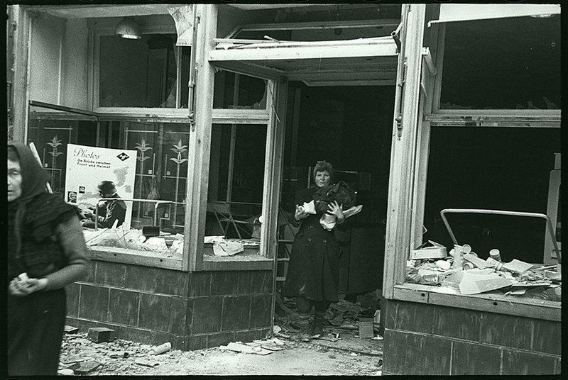 Местные жители грабят магазин после обстрела. Данциг, 1945. Великая Отечественная  война, СССР, история