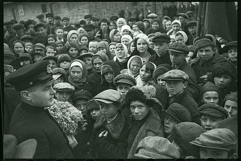 Товарищ М. ведет беседу с молодежью. Ленинград, 1940. Великая Отечественная  война, СССР, история
