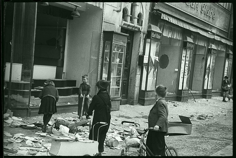 В немецком городе, взятом Советской армией. Германия, 1945. Великая Отечественная  война, СССР, история