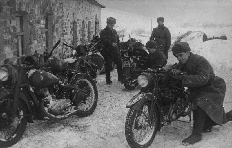 Советские солдаты осматривают немецкие трофейные  мотоциклы вов, военное, интересное, история, трофеи, фото