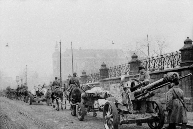 Советское подразделение артиллеристов, вооруженное трофейными немецкими гаубицами 10,5 cm leFH 18M в Кракове вов, военное, интересное, история, трофеи, фото