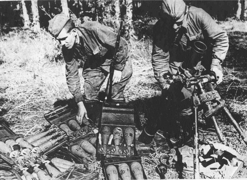 Советские бойцы осматривают захваченный немецкий миномет вов, военное, интересное, история, трофеи, фото