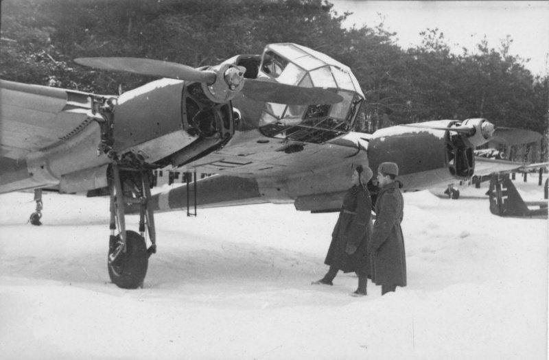 Советские солдаты осматривают захваченный немецкий самолет-разведчик Фокке-Вульф Fw.189 «Рама». вов, военное, интересное, история, трофеи, фото